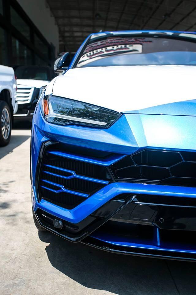 Đèn pha LED cùng dải đèn LED hình chữ Y nằm ngang trên Lamborghini Urus