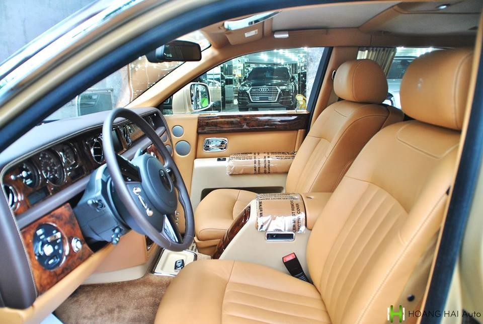 Khoang lái của Rolls-Royce Phantom màu độc theo kiểu nhà giàu Trung Đông mang biển tứ quý 6