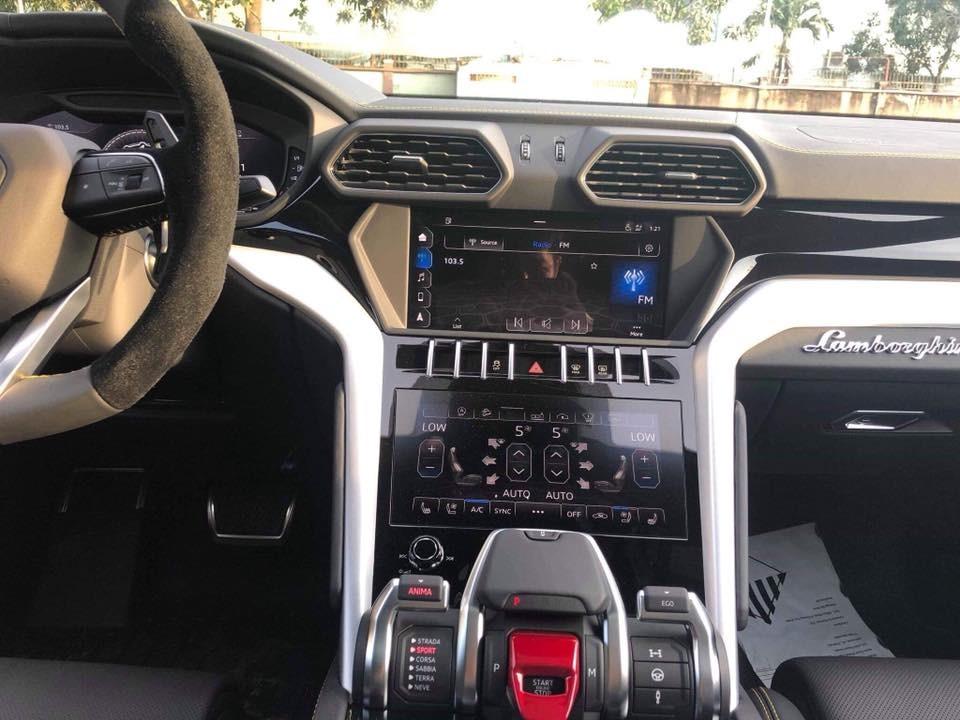 2 màn hình giải trí trên Lamborghini Urus và phía dưới là cụm điều khiển Anima