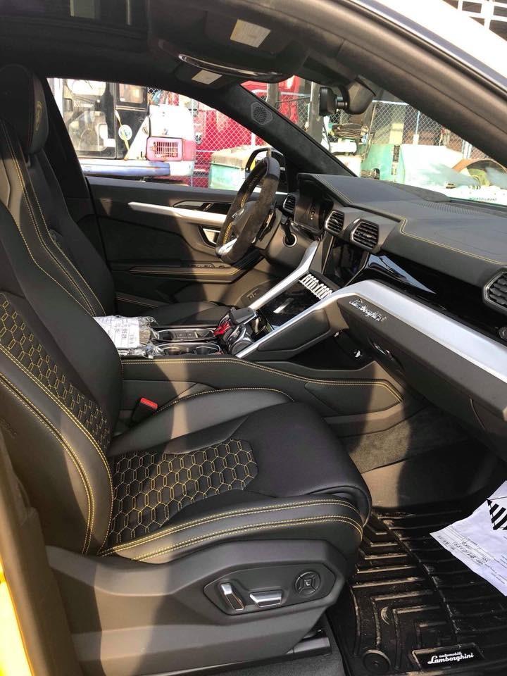 Nội thất Lamborghini Urus ở Long An có ghế ngồi bọc da màu đen với các đường chỉ may màu vàng