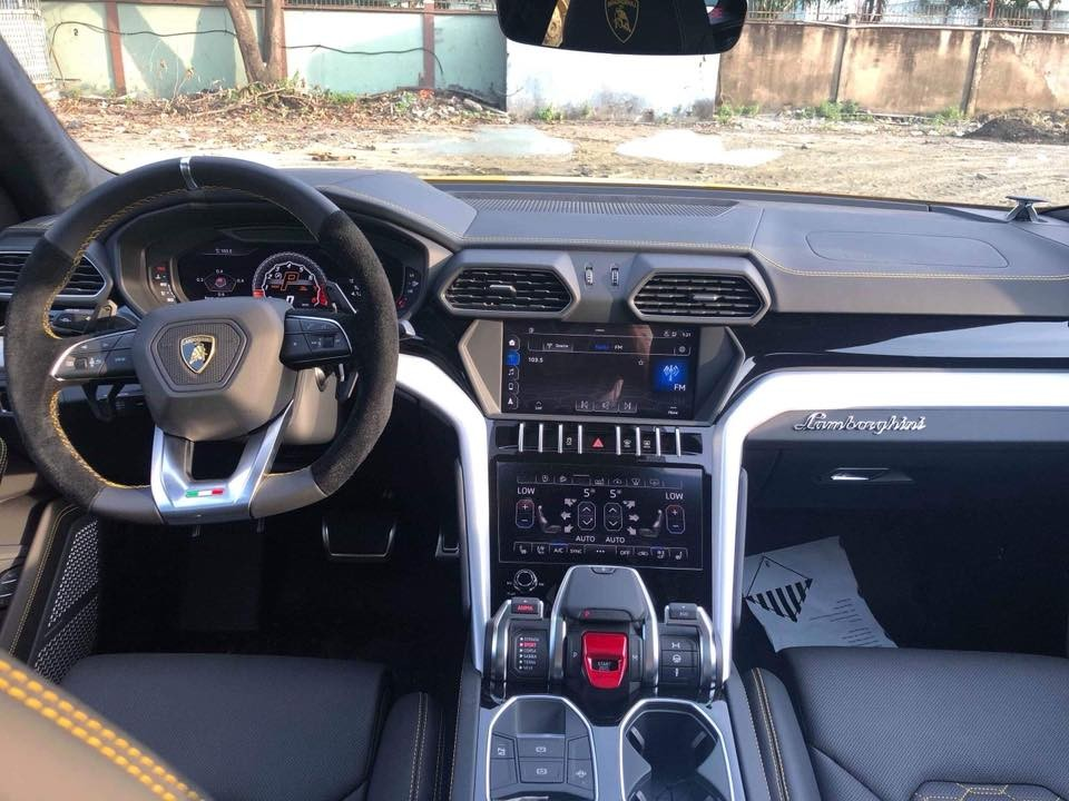Cận cảnh khoang lái siêu SUV Lamborghini Urus của doanh nhân Long An