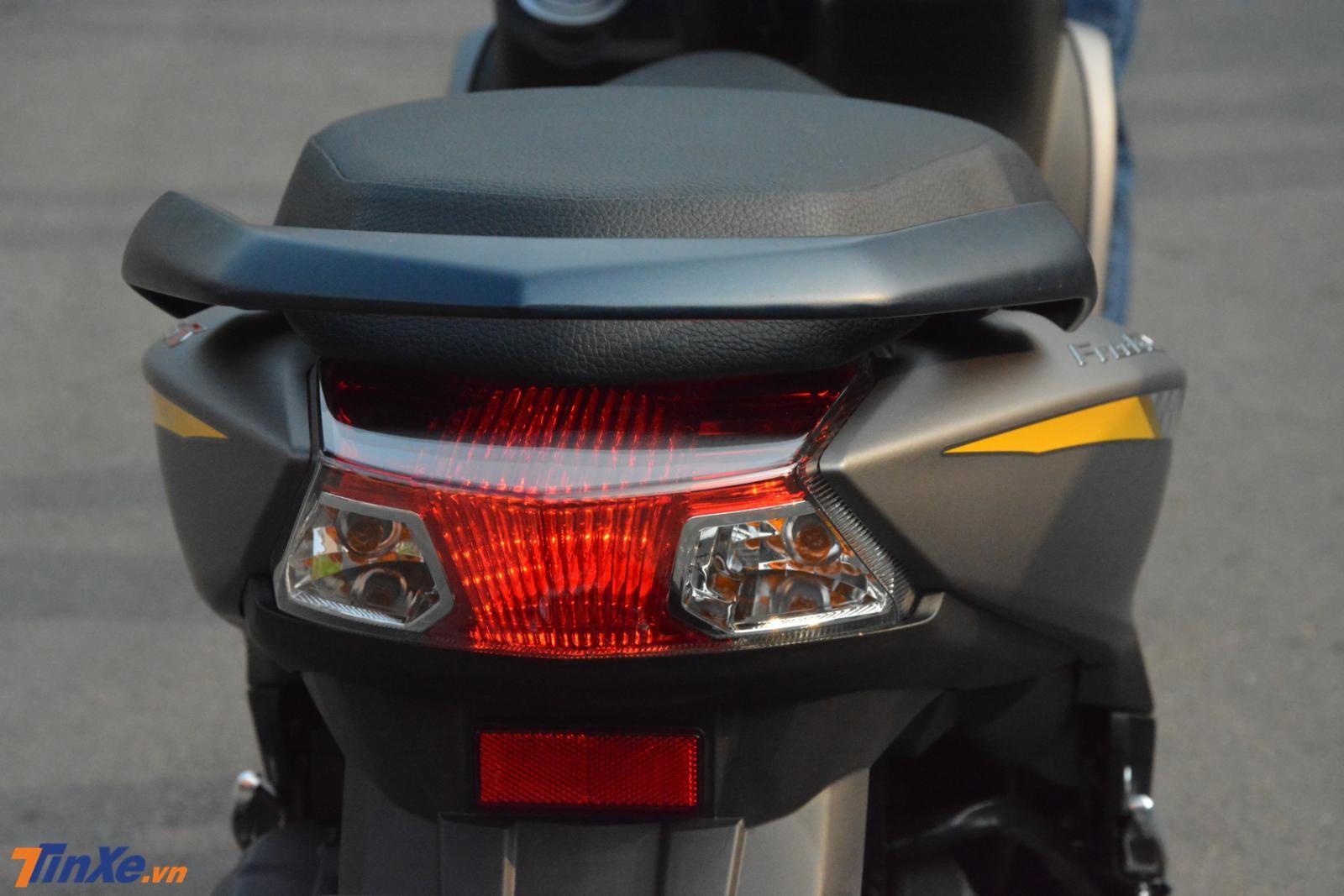 Đèn hậu cũng dùng công nghệ LED nhưng thiết kế được đánh giá chưa đẹp mắt