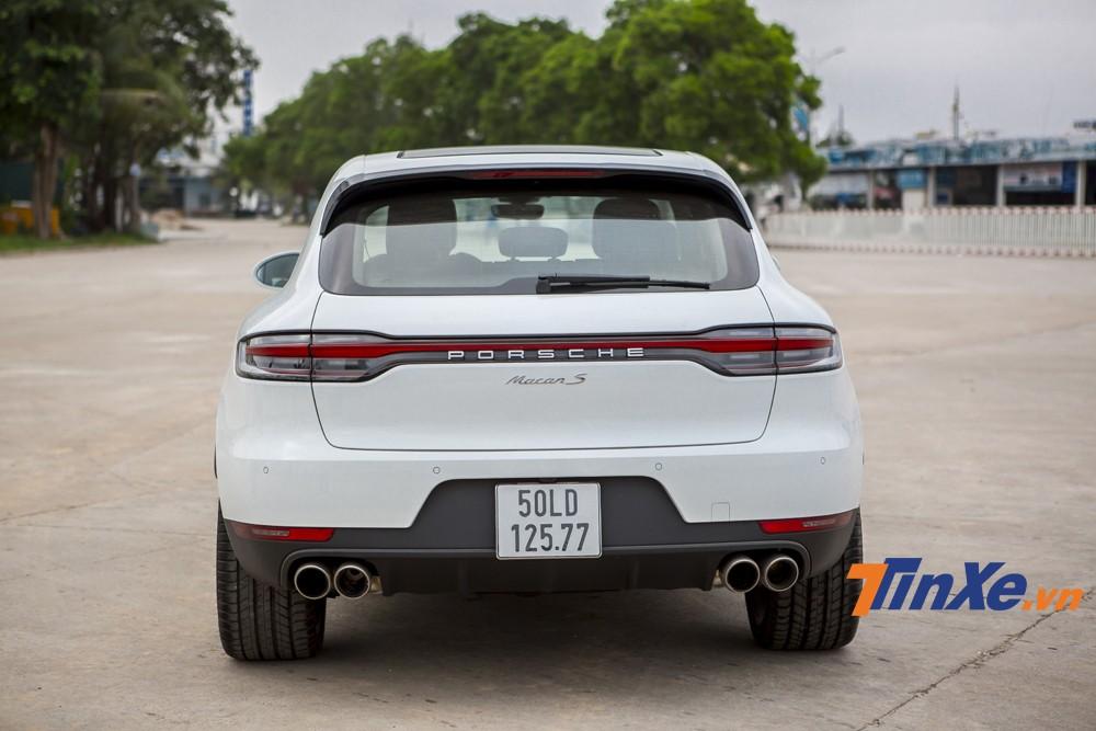 Điểm nhấn của Porsche Macan S 2019 chính là ở phần thiết kế phía sau với đèn hậu LED thiết kế hoàn toàn mới. Có thể dễ dàng nhận thấy đã có thêm một dải đèn LED 3D chạy ngang phần đuôi xe tạo sự liền mạch hơn khi nhìn từ phía sau. Đây chính là điểm khiến Porsche Macan 2019 tương đồng với những người