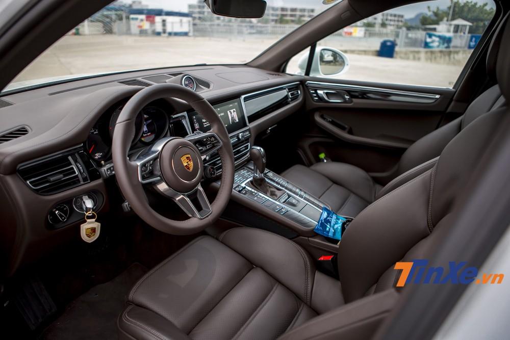 Bên trong Porsche Macan S 2019 là không gian nội thất được bọc da cao cấp cùng nhiều chi tiết mạ benzel, crome tạo điểm nhấn nổi bật.