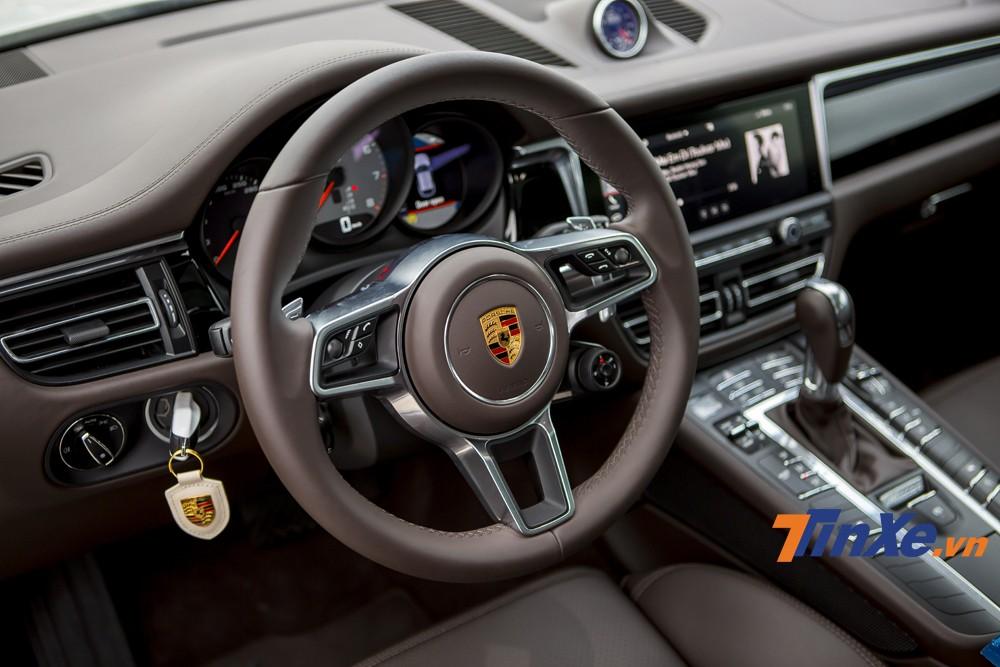 Vô-lăng ba chấu rất đặc trưng của Porsche Macan S 2019 cũng được lấy cảm hứng từ