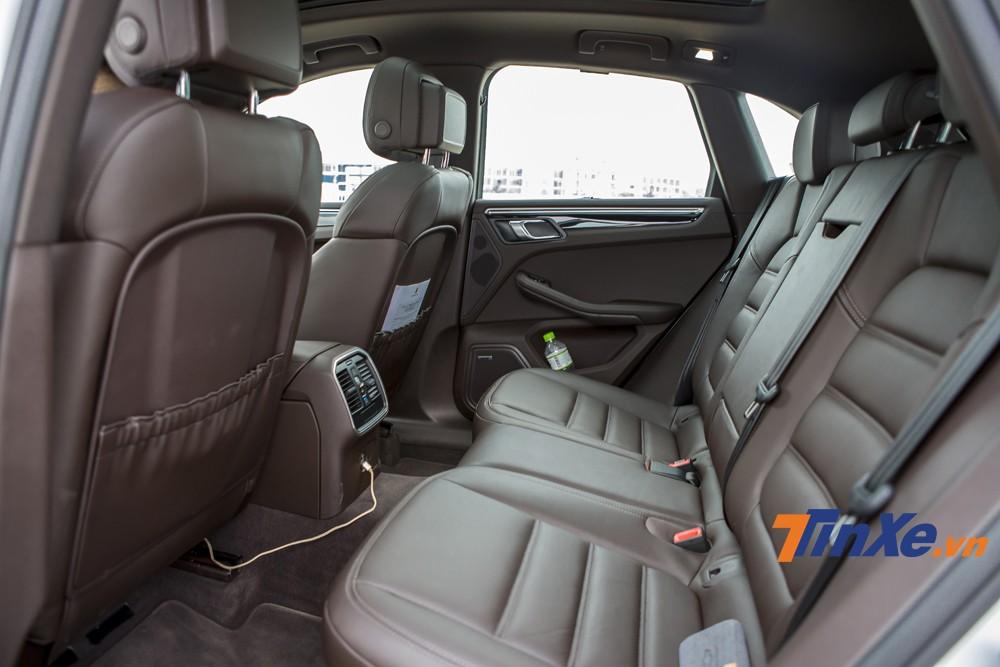 Hàng ghế thứ hai khá rộng rãi và thoải với 3 chỗ ngồi. Thêm vào đó, cửa sổ trời toàn cảnh panorama cũng là một điểm nhấn của Porsche Macan S 2019.,