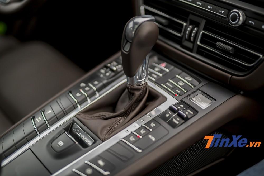 Nếu ở Porsche Panamera hay Porsche Cayenne đã được thay thế bệ phím điều khiển trung tâm bằng màn hình cảm ứng thì trên chiếc Porsche Macan S 2019 vẫn giữ nguyên thiết kế nút bấm cơ học truyền thông của Porsche. Đây là điểm mà những người đam mê Porsche vẫn đánh giá cao nhờ vào sự thâm mỹ cũng như t