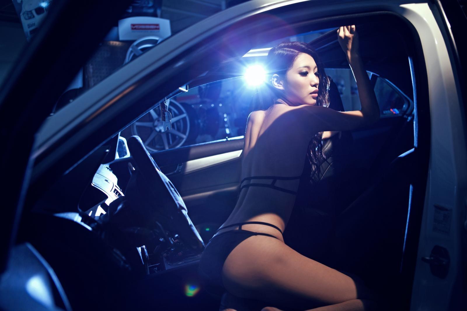 Giai nhân mặc bikini thể hiện thân thể mảnh mai cùng AMG C63