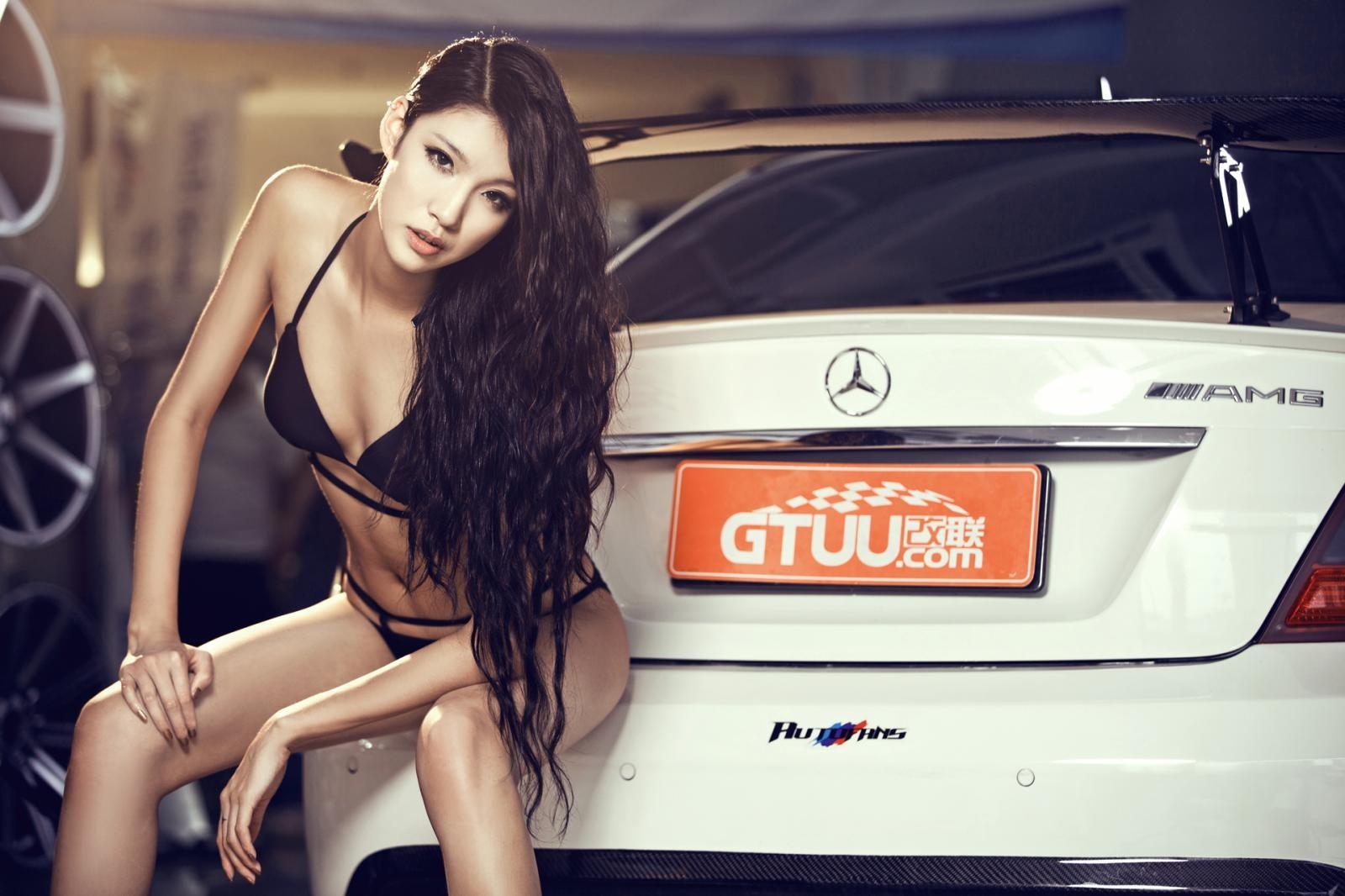 Giai nhân mặc bikini thể hiện thân thể mảnh mai cùng AMG C63 - 7