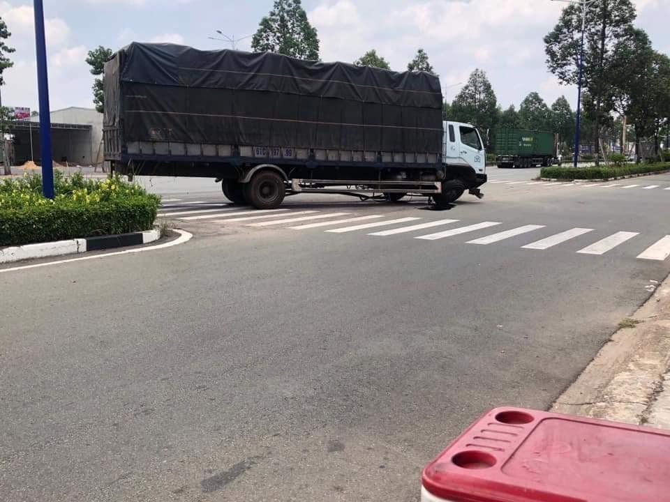 Chiếc ô tô tải bị gãy trục trước sau cú va chạm của Honda CR-V