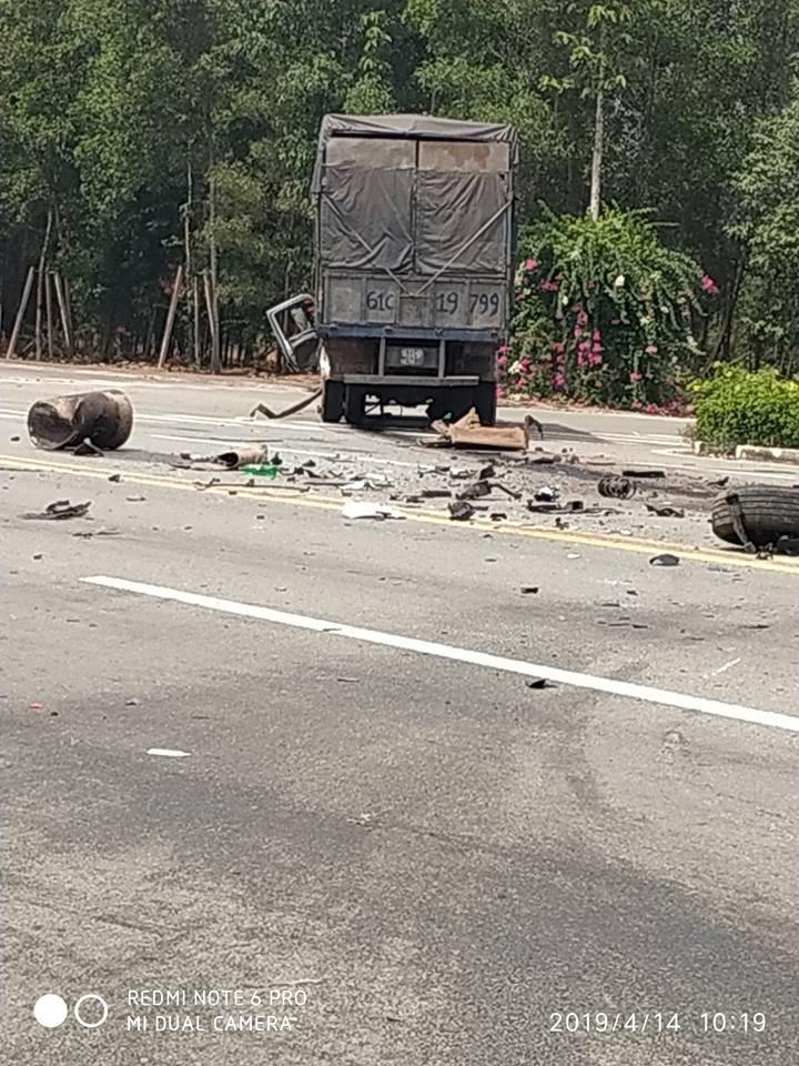 Các mảnh vỡ của 2 chiếc xe nằm vương vãi trên mặt đường