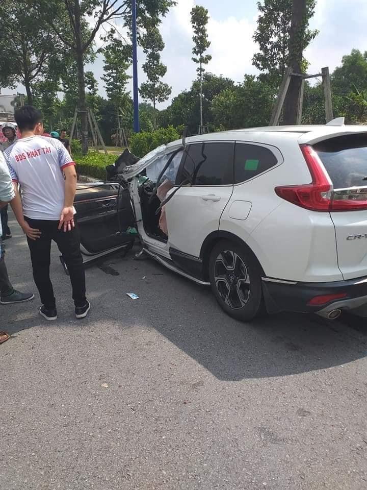 Chiếc Honda CR-V va chạm với ô tô tải tại ngã tư
