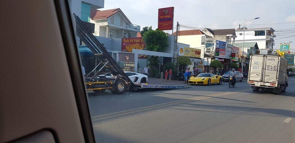 Siêu xe Ferrari 488 GTB màu vàng lên xe chuyên dụng vận chuyển về công ty nhập khẩu tư nhân quận 5