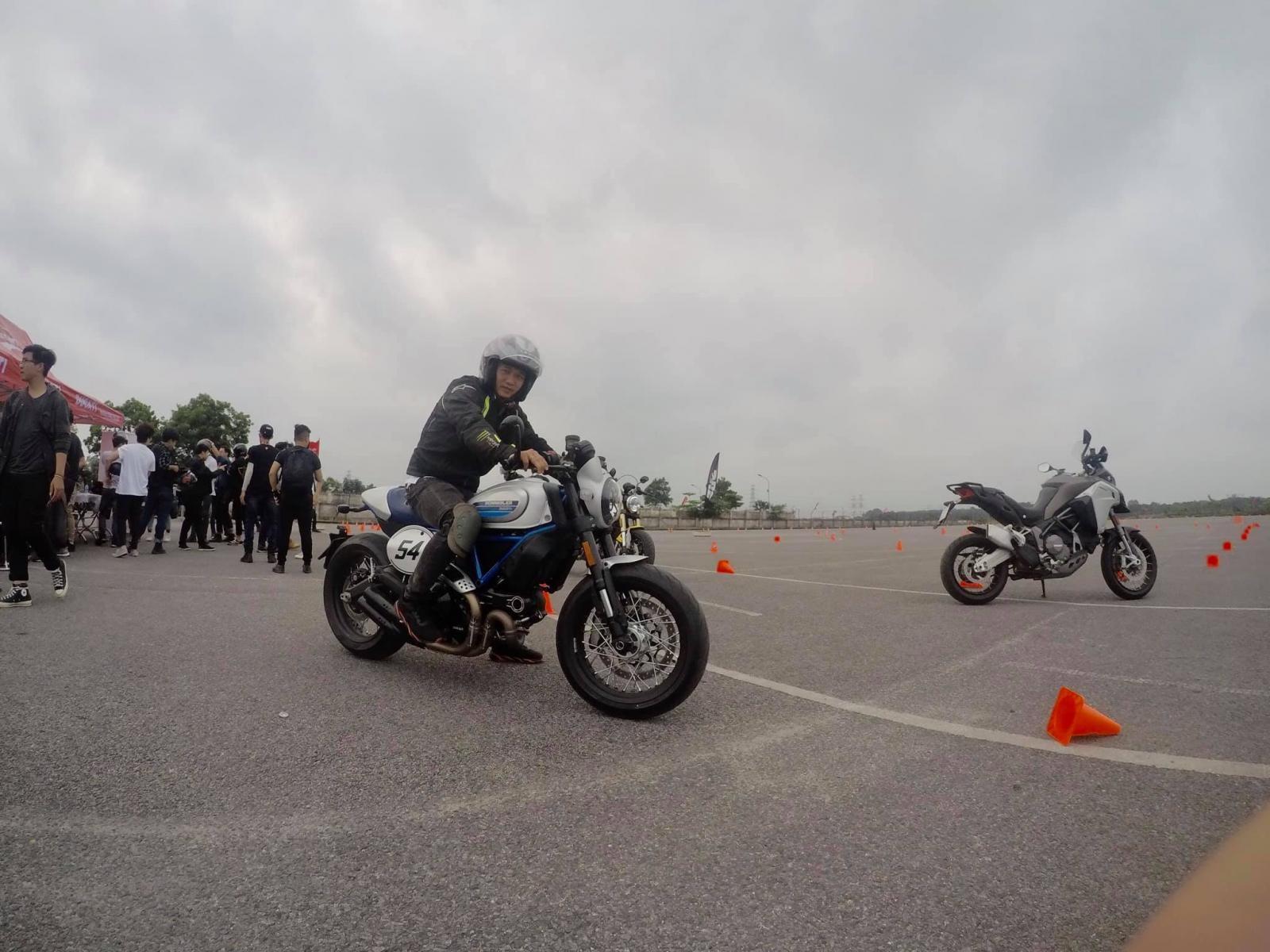 Mẫu xe Ducati Scrambler Cafe phiên bản mới được rất nhiều người quan tâm bởi vẻ lạ mắt, màu sắc độc đáo của nó. Những người trải nghiệm chiếc xe chia sẻ dù là dáng Cafe Racer nhưng chiếc xe rất dễ điều khiển và không còn bị quá nóng như các phiên bản trước.