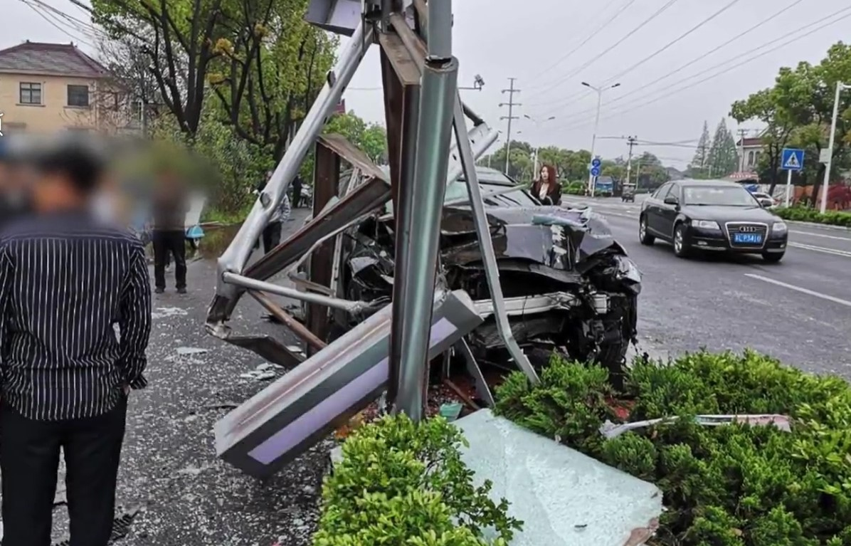 Chiếc Audi bị vỡ nát đầu xe