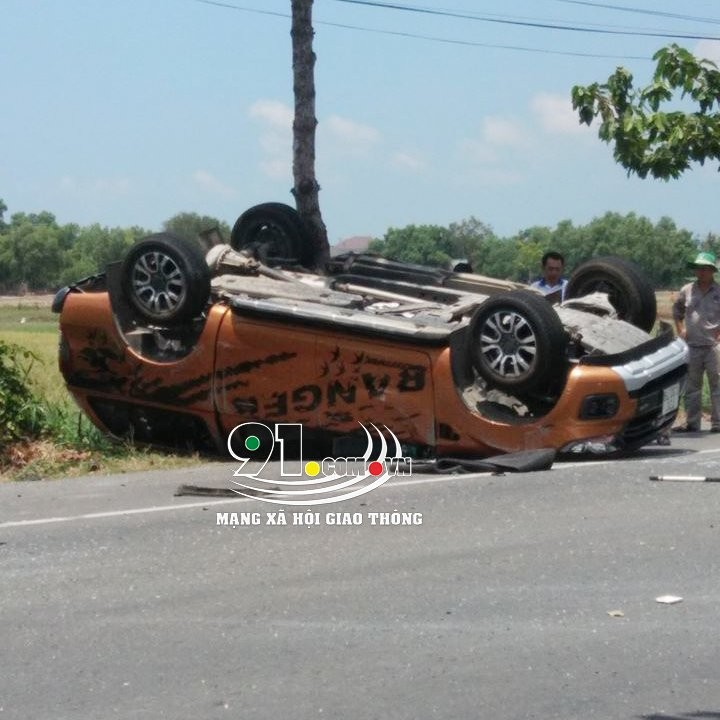 Chiếc xe bán tải Ford Ranger nằm lật ngửa sau cú va chạm với chiếc sedan 4 chỗ