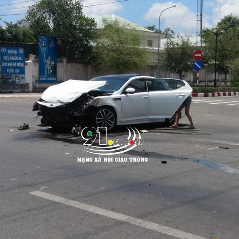 Chiếc ô tô 4 chỗ màu trắng bị vỡ nát phần đầu xe