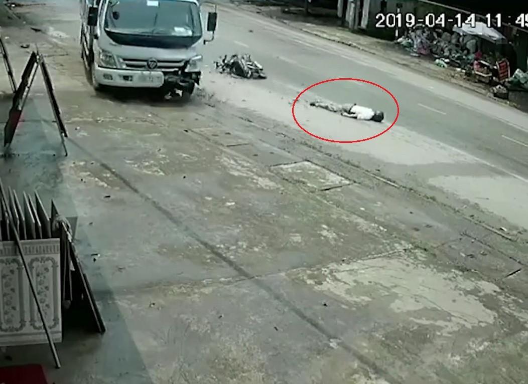 Người đàn ông bất tỉnh trong tình trạng nằm úp mặt xuống đường