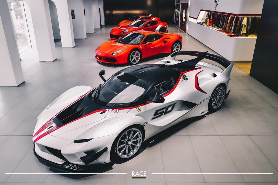 Siêu xe đua Ferrari FXX K Evo cùng 3 chiếc Ferrari bản thương mại