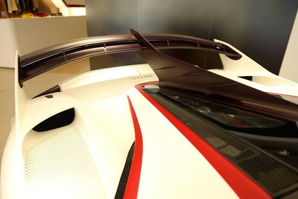 Ngoại thất xe bao gồm màu sơn trắng, sọc đỏ còn có vô số chi tiết bằng sợi carbon