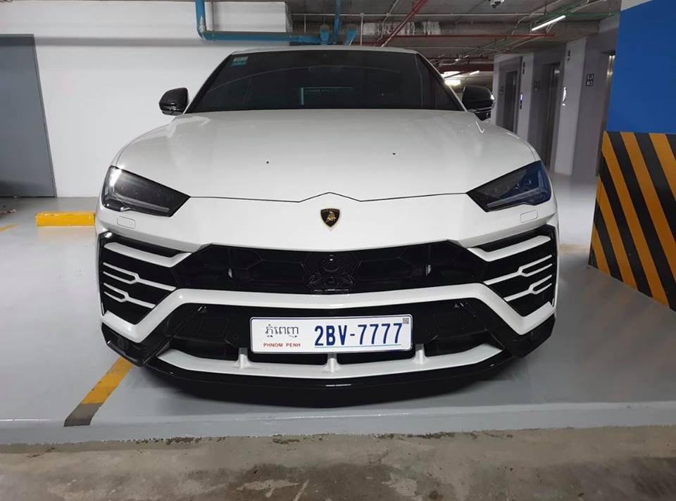 Trước đó là chiếc Lamborghini Urus màu trắng