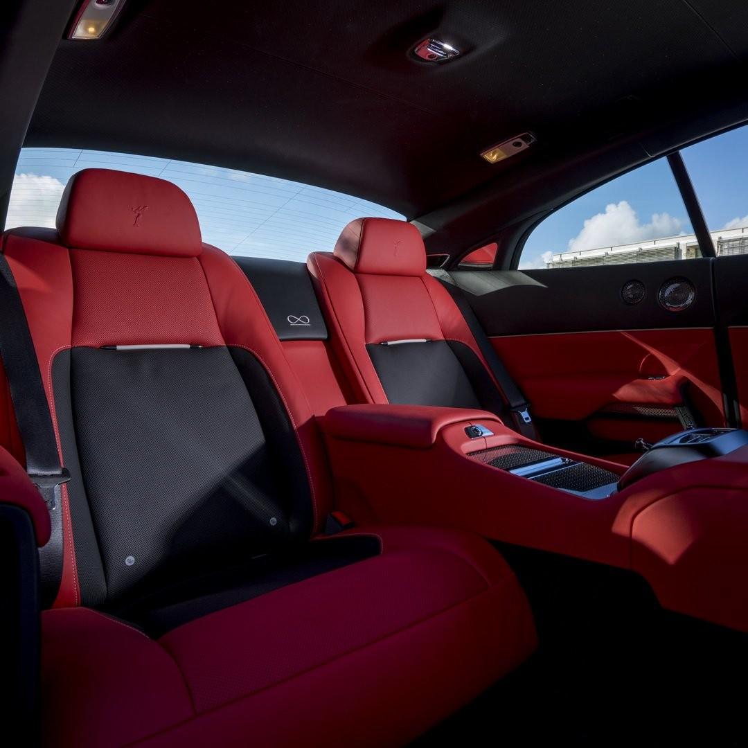 Nội thất xe rất sexy với tông màu đỏ nổi bật