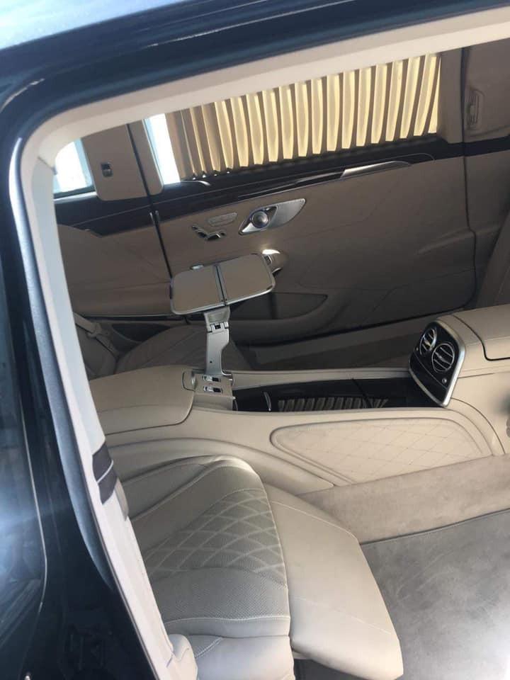 Khoang lái Mercedes-Maybach S600 Pullman có 2 hàng ghế đối diện nhau