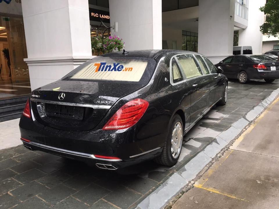 Xe siêu sang Mercedes-Maybach S600 Pullman đỗ tại toà nhà của FLC ở Hà Nội