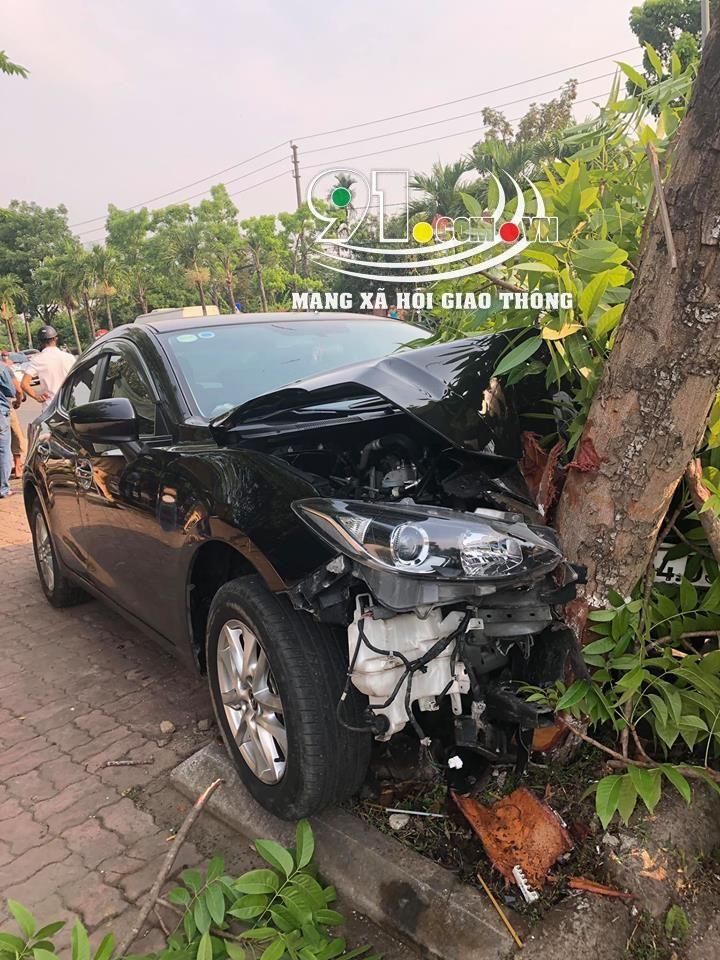 Chiếc Mazda2 bị chẻ đôi đầu sau cú đâm vào gốc cây