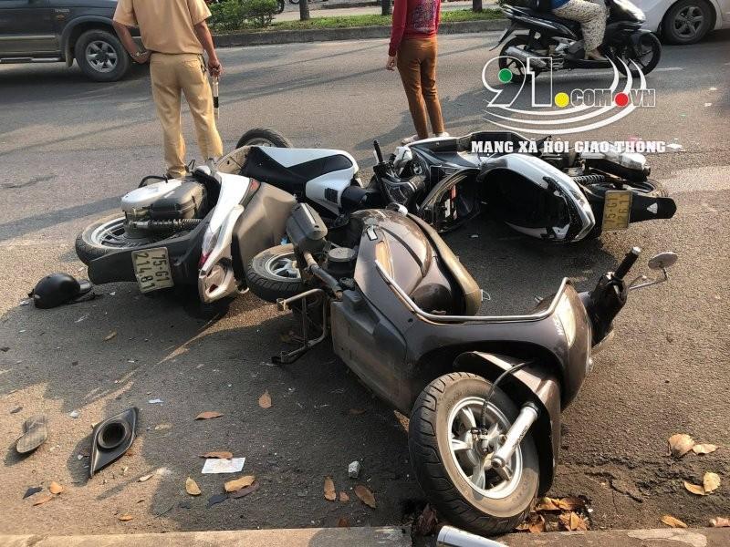 3 chiếc xe máy nằm đổ tại hiện trường