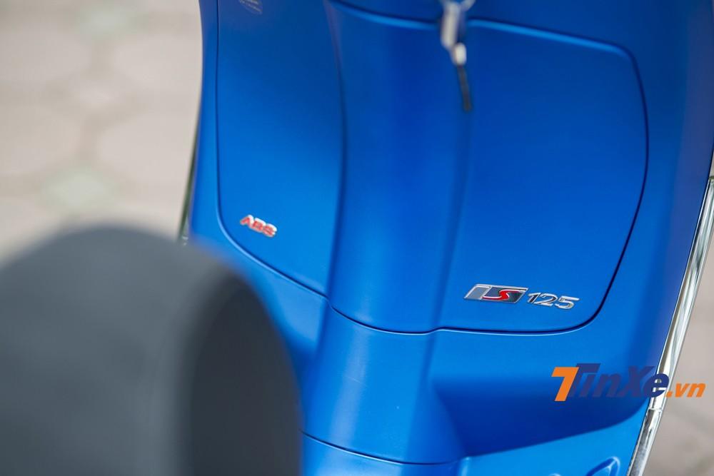 Dòng tem S125 được gắn ở cốp trước của xe.