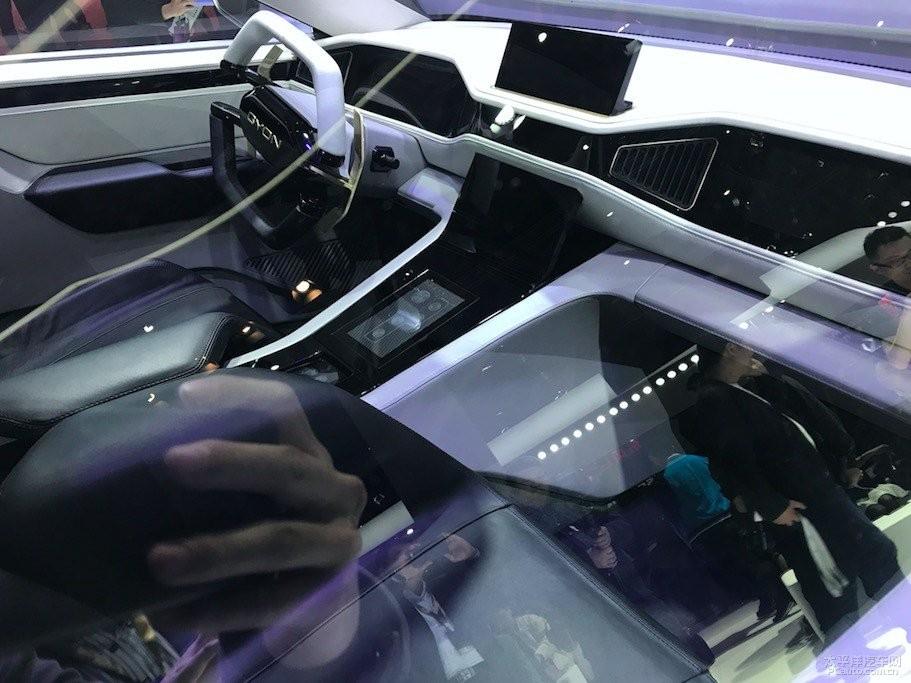 Khoang lái của xe cho thấy các trang bị công nghệ tân tiến và thiết kế vô lăng đặc sắc