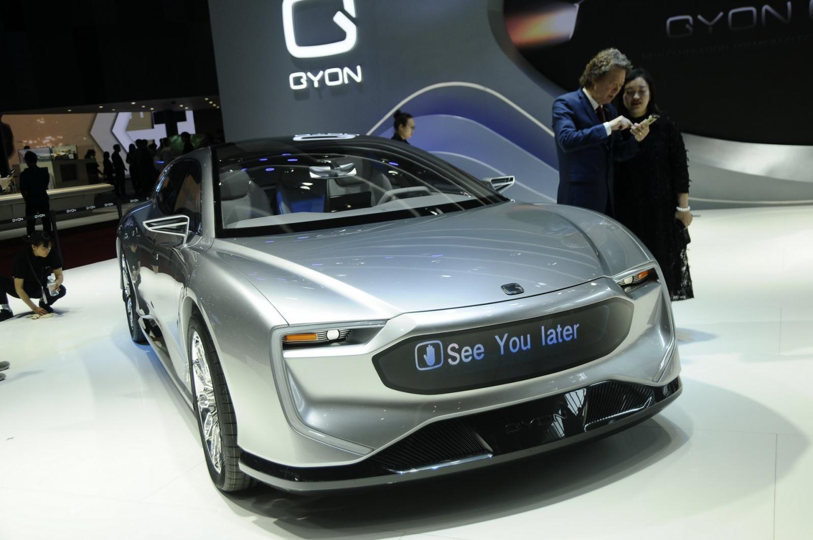 Vị trí lưới tản nhiệt của xe là một màn hình LED có thể hiển thị tin nhắn