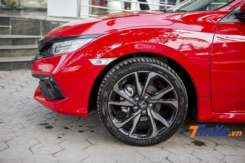 Nếu ở các phiên bản L và E chỉ được trang bị vành hợp kim 16 thì trên Honda Civic RS 2019 là vành hợp kim đa chấu thiết kế mới kích thước tới 18. Đi kèm với đó là bộ lốp cao cấp Michelin Pilot Sport chuyên dành cho xe thể thao.