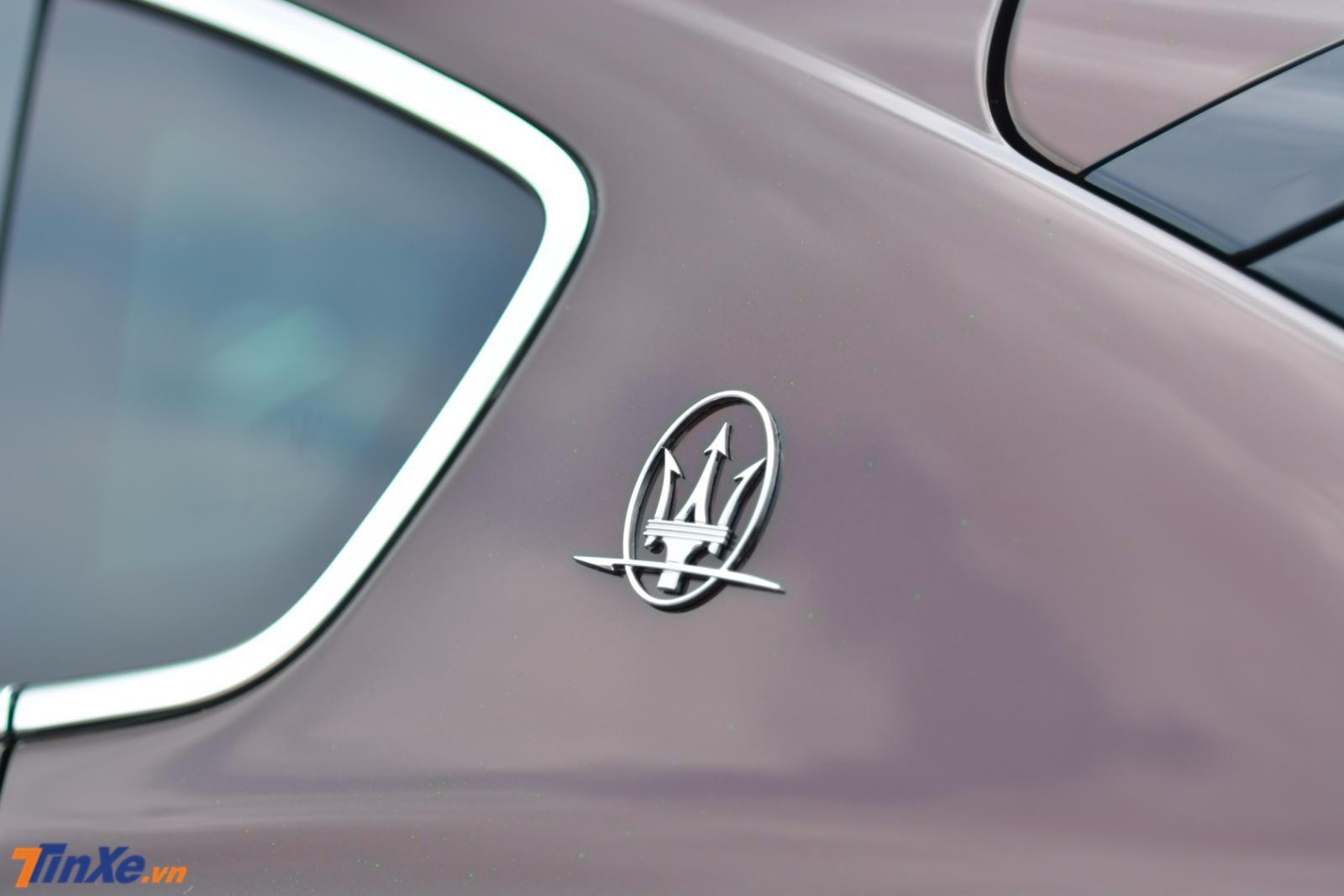 Logo cây đinh ba xuất hiện trụ C