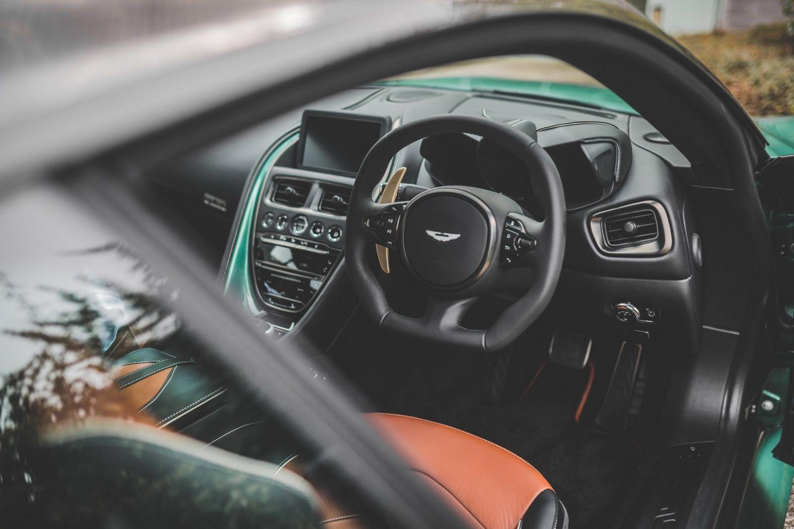 Nội thất của Aston Martin DBS 59 cũng có những điểm nhấn màu xanh lục và màu đồng
