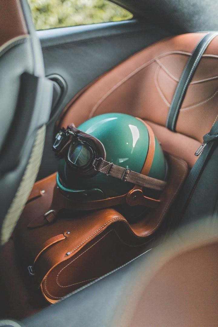 Mũ bảo hiểm của Caroll Shelby đã được hãng Aston Martin tạo dựng lại