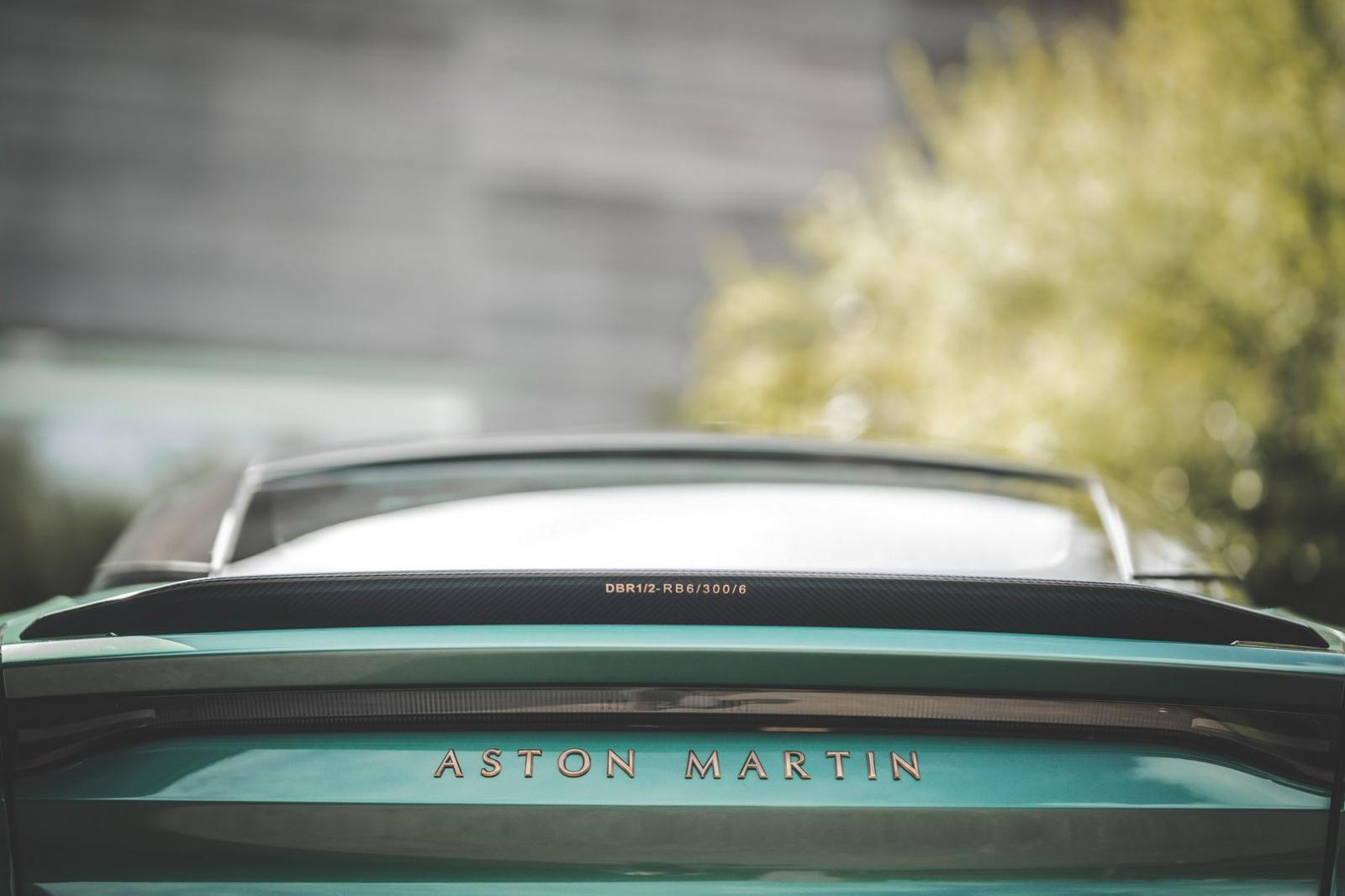 Phía dưới cánh gió đuôi có ký hiệu của xe đua huyền thoại DBR1 và cả dòng chữ Aston Martin hoàn thành màu đồng
