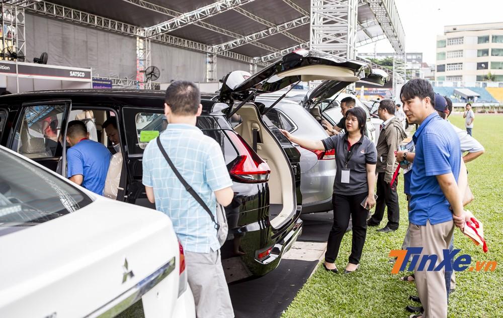 Các chuyên gia tư vấn đến từ các đại lý ô tô sẽ hỗ trợ khách hàng trong việc lựa chọn xe.