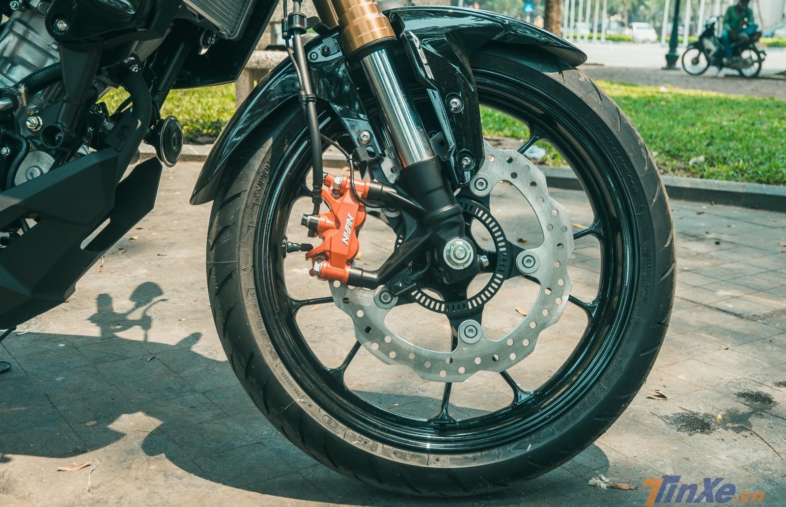 Honda CB150R Exmotion 2019 sở hữu cặp vành đúc phanh đĩa cùng hệ thống ABS hiện đại 2 kênh, cùm phanh Nissin hàng hiệu