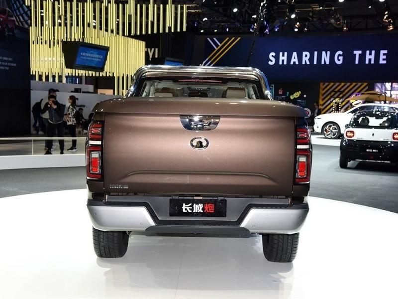 Thiết kế đuôi xe lại giống Nissan Navara và Chevrolet Colorado