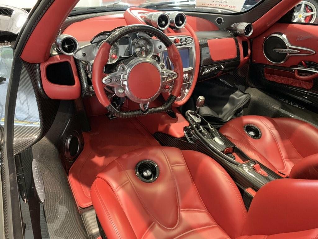 Nội thất của siêu xe Pagani Huayra mui trần đang được chào bán 84,5 tỷ đồng