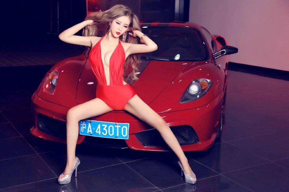 Toát mồ hôi trước người đẹp diện váy đỏ nóng bỏng, lộ ngực căng tròn cùng Ferrari