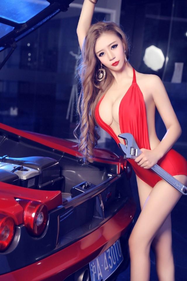 Toát mồ hôi trước người đẹp diện váy đỏ nóng bỏng, lộ ngực căng tròn cùng Ferrari - 2