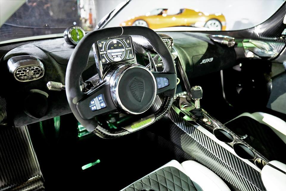 Khoang lái Koenigsegg Jesko phủ đầy sợi carbon nhám và carbon bóng