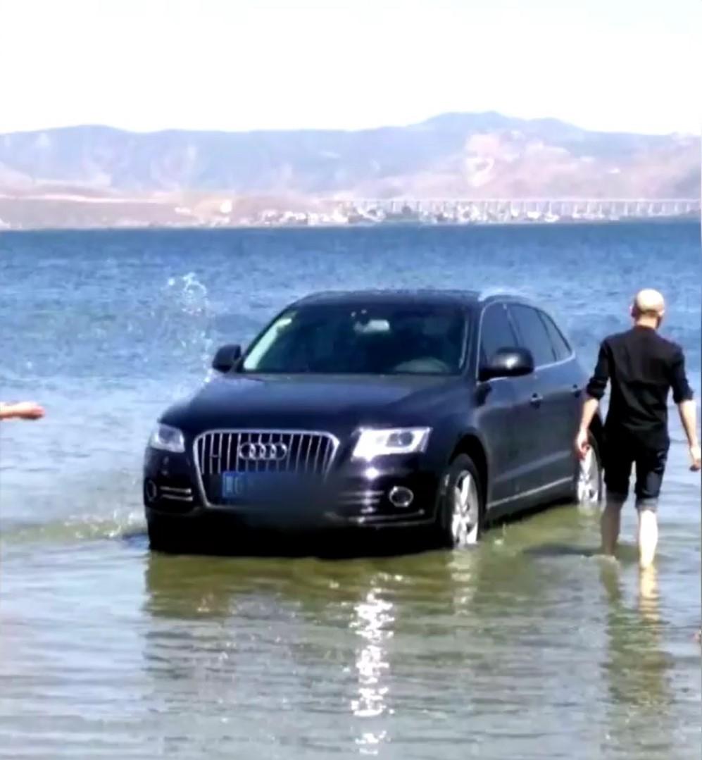 Chiếc SUV hạng sang được tắm táp bằng nước hồ trong xanh
