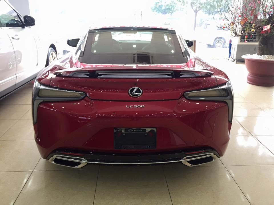 Thiết kế rất đẹp mắt của Lexus LC 500 khi nhìn từ phía sau xe