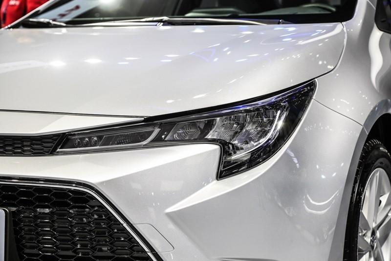 Cụm đèn pha hình chữ L sắc sảo của mẫu sedan dành riêng cho Trung Quốc