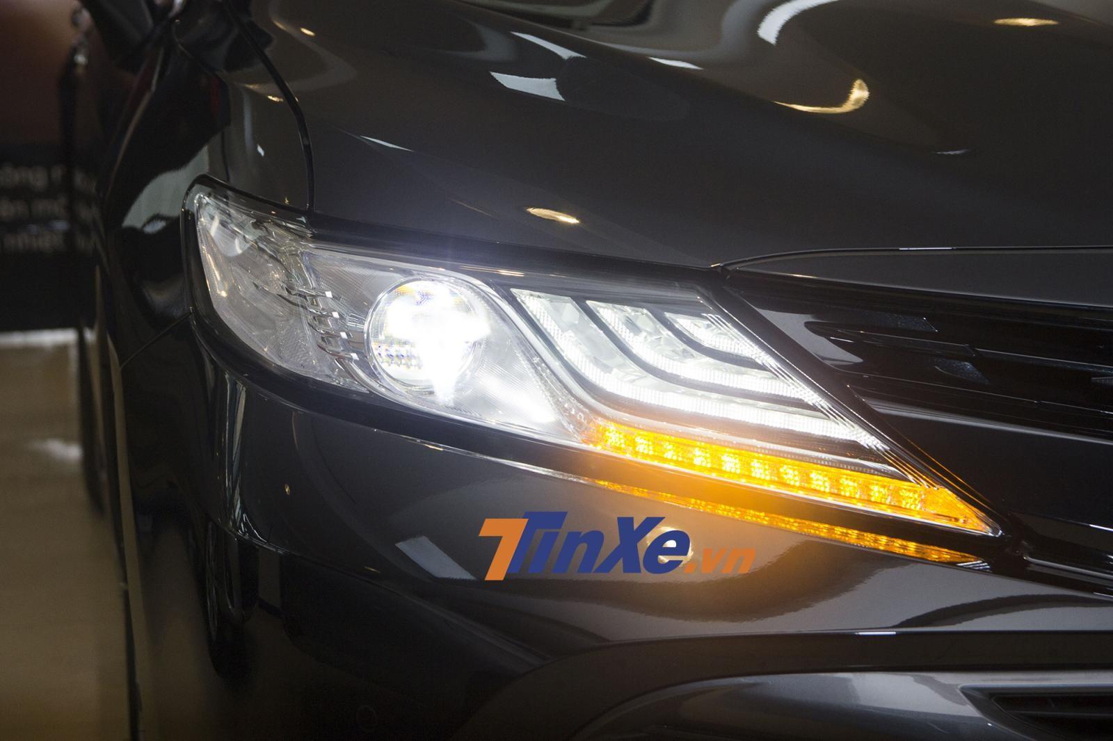 Cụm đèn pha chính của Toyota Camry 2019 có sự đổi mới về thiết kế với trang bị hoàn toàn full LED, đèn LED định vị ban ngày gồm nhiều dải có phong cách giống với những chiếc xe của Lexus. Ở phiên bản 2.0G, xi-nhan của xe sẽ chỉ là loại halogen thường
