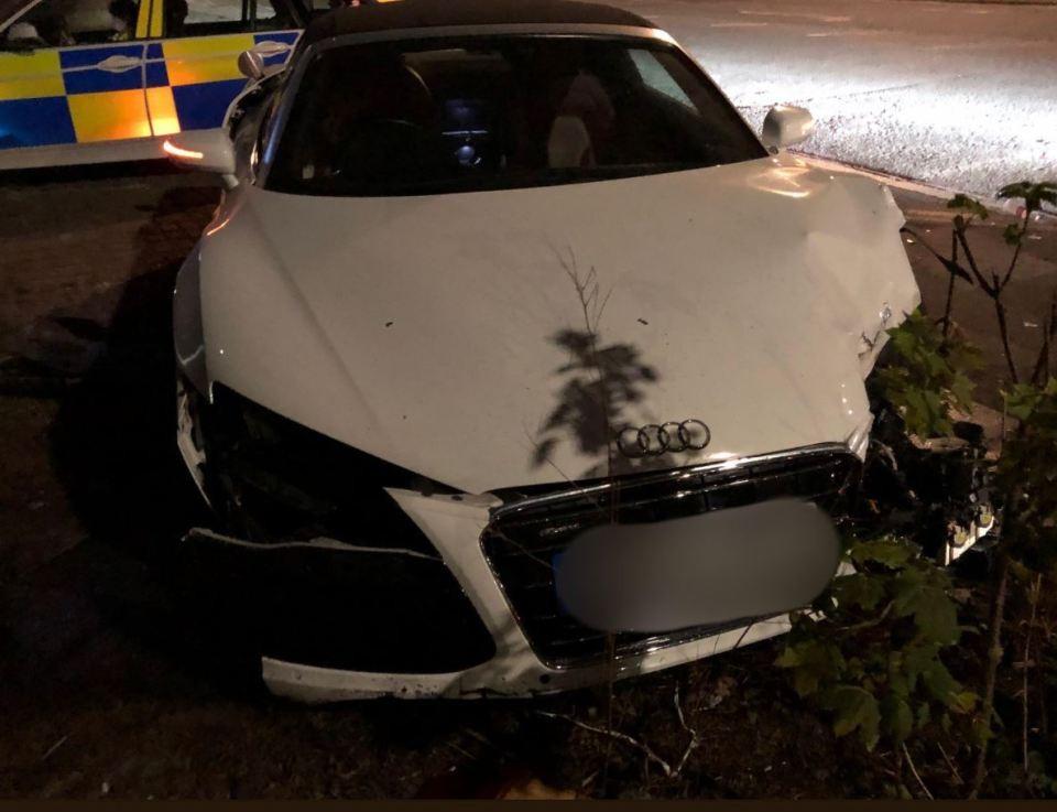 Chiếc siêu xe Audi R8 Spyder bị người lái bỏ lại tại hiện trường vụ tai nạn